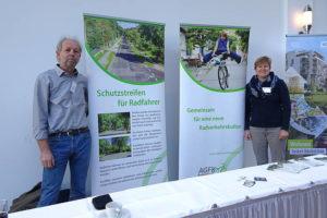Wolfgang Schwerin (Vorsitzender der AGFK) und Sabine Jeschke (Geschäftsstelle der AGFK) auf dem Stand der AGFK Brandenburg