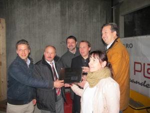 Versenken der Dokumentenkassette mit dem stellvertretenden Bürgermeister der Gemeinde Großbeeren, Uwe Fischer