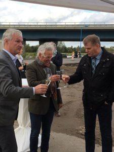 Bürgermeister Holger Schreiber, dm-Projektleiter Hans-Jürgen Becker und IPG-Geschäftsführer Rüdiger Hage (v.r.n.l.) stoßen auf den Erfolg an